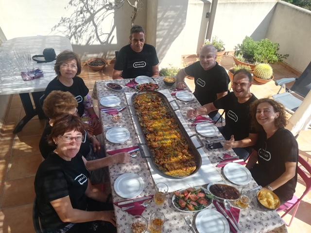 José Miguel, Lamberto, Rosa, Fina, Carlos, Rafa, Rita, Trinidad, Vicente y Enrique asisten a la primera prueba de fuego de tan ingenioso invento.